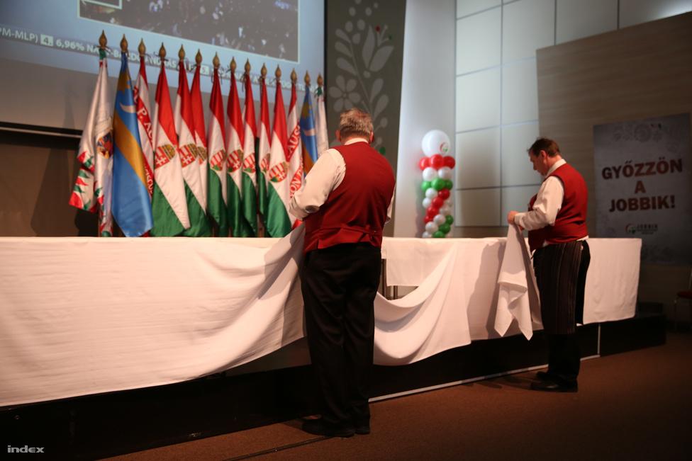 A Jobbiknál nagyobb sajtótájékoztatót terveztek, aztán szépen lebontották az asztalokat, és pulpitust raktak helyette.