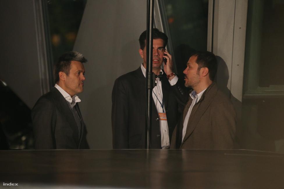 A Fidesz eredményváró rendezvényéről csak kívülről tudósítottunk a bojkott miatt. Az üvegen keresztül viszont így is jól láttuk Habony Árpádot és Giró-Szász Andrást konzultálni.