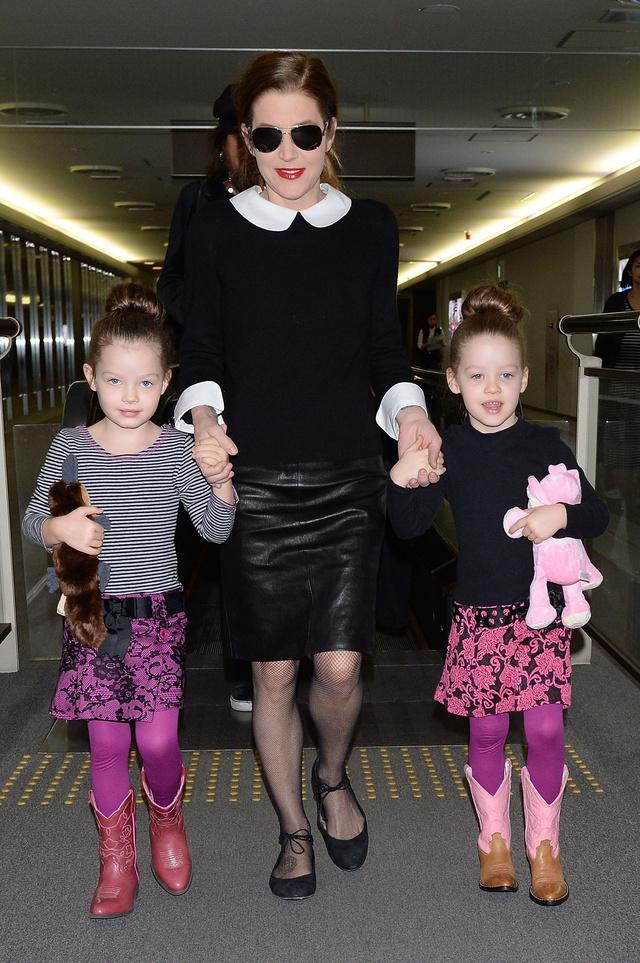 Lisa-Marie Presley a tokiói Narita repülőtéren két kisebb lányával,