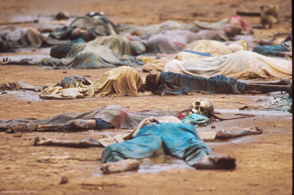 A vérengzés egyik helyszínén 800 áldozat holtteste maradt a vidéki katolikus misszió területén Rukarában. Sokan templomokban és más egyházi épületekben kerestek menedéket. Bár eleinte azt ígérték, tiszteletben tartják a templomok szentségét, sokan mégis itt lelték halálukat. A támadók általában egyszerűen fölgyújtották az épületeket, a menekülőket pedig agyonlőtték, vagy lekaszabolták.