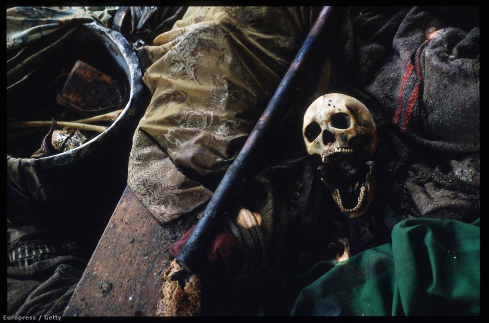 Koponya az áldozatok ruhái között a kivégzéseknek helyt adó egyik templom padlóján. A fanatizált emberekből, nagyrészt fiatalokból verbuvált kivégzőosztagok módszeresen, napi munkabeosztás szerint keresték a még életben lévő tuszikat, de folyamatosan kapták a tippeket a gyilkosokat instruáló rádióállomásoktól is. Az Interahamwe néven elhíresült milíciák tagjait a tuszik ördögi természetéről, csótányságáról, idegen származásáról beszélő folyamatos propaganda tette tömeggyilkossá – többségük korábban nem ölt embert, sokuknak voltak tuszi szomszédai, barátai, rokonai is.