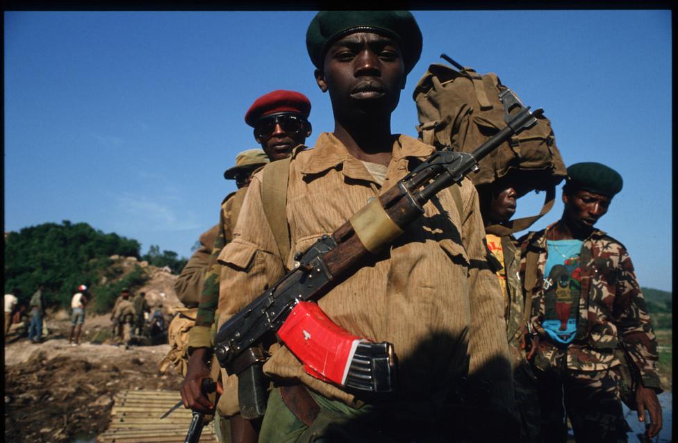 A hónapokon át nem szűnő vérengzést elhúzódó polgárháború előzte meg az afrikai ország két legnagyobb etnikai csoportja között. A számszerűleg kisebbségben lévő tuszik vagyonosobbnak számítottak és közülük kerültek ki elsősorban a gyarmati tisztviselők is a hajdani belga uralom alatt. A kilencvenes években azonban már hutu politikai erők kormányoztak, akik idővel nem csak fegyveres ellenzéküket, hanem az összes tuszit ellenségüknek tekintették. Agitátoraik eleinte a tuszi elnyomás elleni jogos lázadásról beszéltek, de nem is annyira titokban már a kisebbségi csoport teljes kiirtására készültek.
