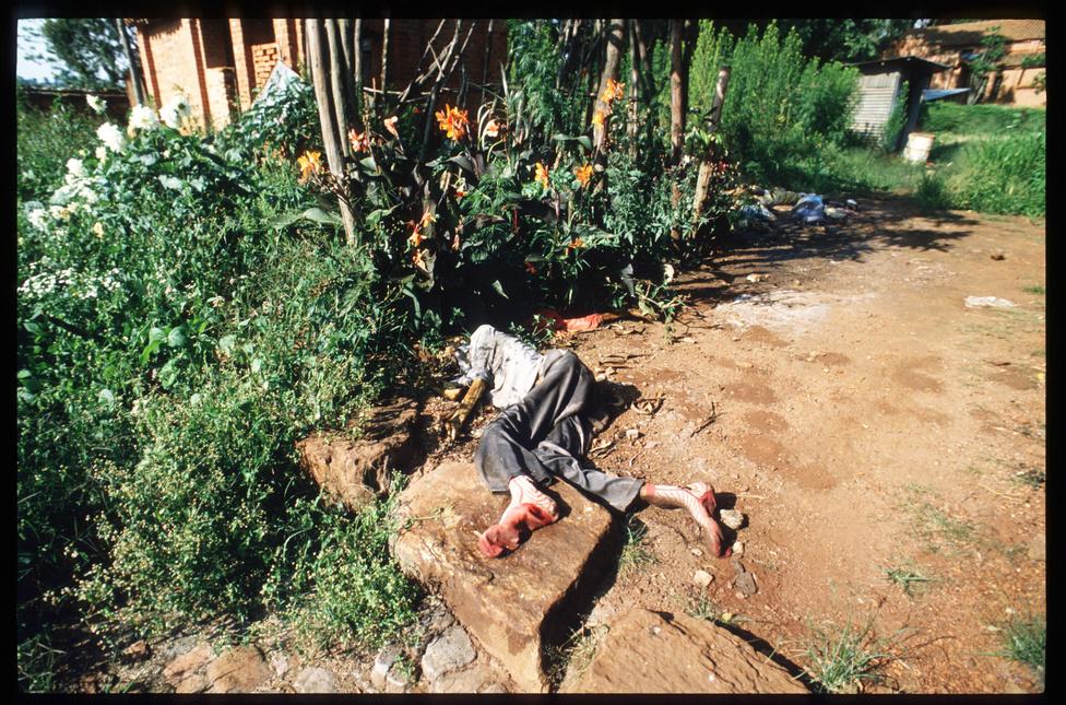 A fővárosban és néhány más, az erőszak által különösen sújtott térségben 1994 tavaszán tömegével hevertek a holtak az utcákon, de hasonló volt a kép a templomokban és a templomok előtt, a szállodákban és a stadionokban, ahova a biztonság reményében menekültek be az emberek. Otthon senki nem volt biztonságban, a lakóházakban teljes nagycsaládokat irtottak ki a csapatok, nem győzték ásni az újabb és újabb tömegsírokat.
