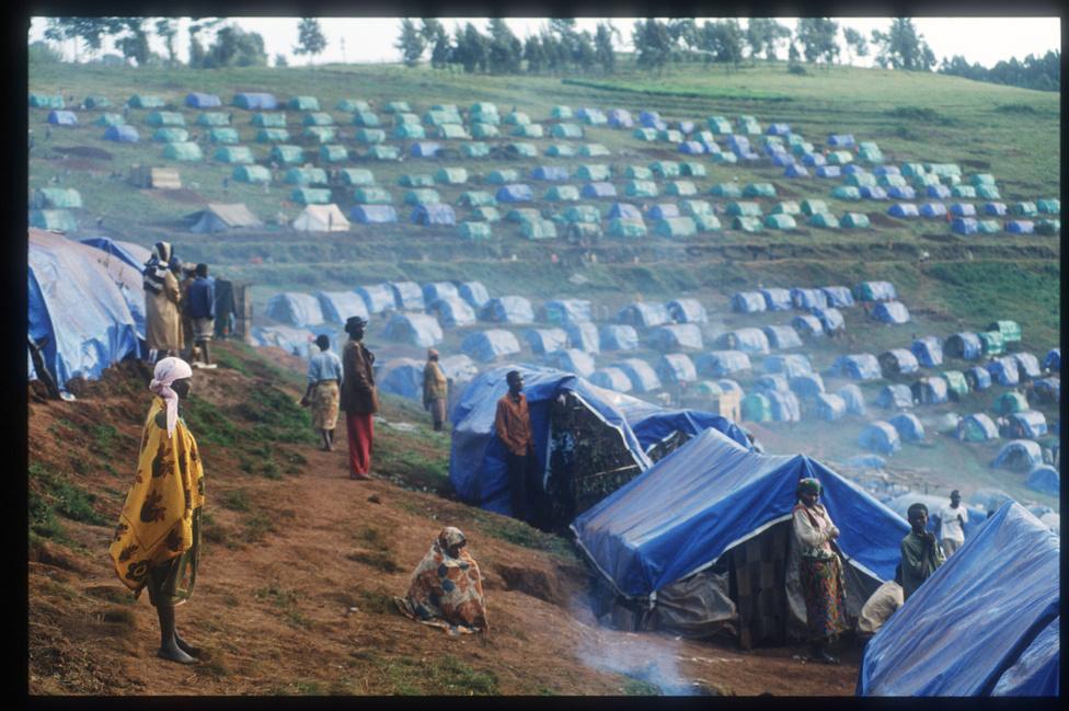 A menekülttáborok megfelelő célpontot nyújtottak az üldözőknek is. A teljesen fanatizált csapatok mindenkivel végezni akartak. A kongói határ közelében lévő Nyarishishi tábor tuszi lakóit a hutu táborparancsnok három nappal azelőtt, hogy a több hónapos várakozás után végül bevonuló francia csapatok megérkeztek volna, megpróbálta kivégezni.