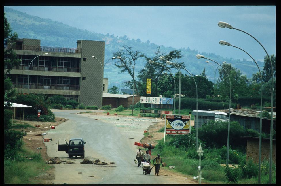 A hatalomra jutott kormányerők a világbanki kölcsönöket nagyrészt fegyverkezésre fordították, az utcai milíciák pedig komolyabb eszközök nélkül is gyilkosságokra trenírozták tagjaikat. Amikor feltehetően a tuszi lázadók lelőtték azt a repülőgépet, amin a szomszédos Burundi elnökével együtt a ruandai elnök és több állami vezető is utazott, úgy érezték, eljött az idő a megosztott ország etnikai problémáinak végleges megoldására.