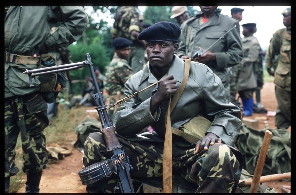 A hutu nemzetiségű Juvenal Habyarimana halála után kiadták a parancsot a tuszik teljes elpusztítására. Megindultak az utcai gyilkosságok, miközben szervezett bandák rontottak be a tuszik és az ellenzékinek számító mérsékelt hutuk házaiba, ahol válogatás nélkül ölték meg az otthon talált férfiakat, nőket és gyerekeket.