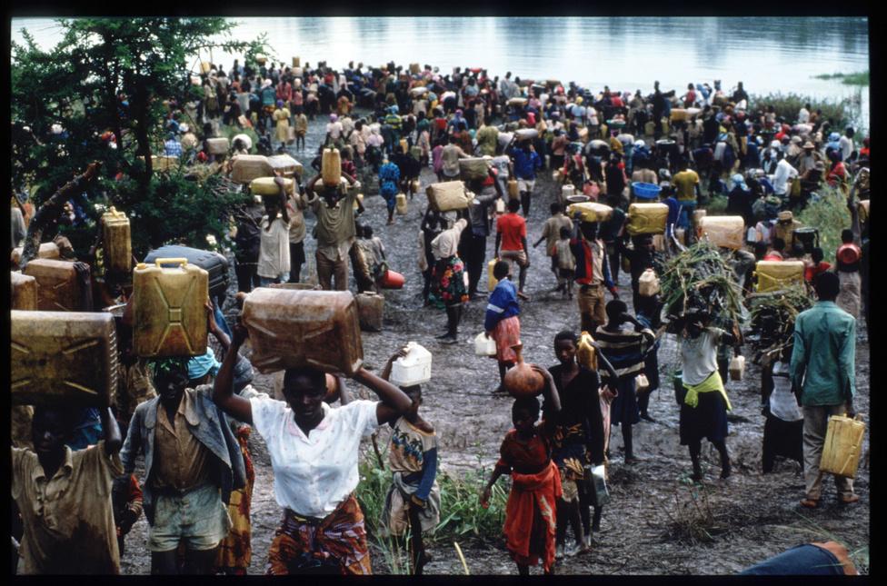A vérengzés óriási menekültáradatot indított el. Előbb a tuszik próbáltak külföldre vagy legalább olyan vidékre jutni, ahol van esélyük átvészelni a mindenhol eluralkodó brutalitást, majd amikor az ellenzéki lázadók csapatai nyomultak előre a főváros irányába, a bosszútól tartó hutuk százezrei igyekeztek a tanzániai határ felé. Volt, hogy egy-két nap alatt milliónyi ember indult útnak ilyen-olyan hírekre hagyatkozva, mások a nehezen megközelíthető mocsaras területeken próbáltak elbújni a gyilkosok elől, sokan napokig is csak fejüket merték kidugni a vízből.