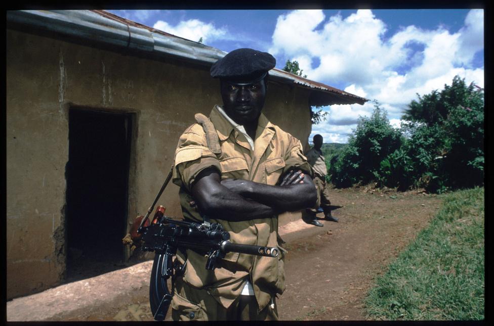 A népirtás közben párhuzamosan zajlott a csapatok által vívott polgárháború is. A hutu rezsimmel szembenálló tuszi ellenzék katonai alakulata, a Ruandai Hazafias Front idővel döntő fölényre tett szert és Ugandából indulva elfoglalta a ruandai fővárost, Kigalit is. Sikerével vezetőjük, Paul Kagame vetett végett a genocídiumnak. Azóta is Kagame az elmúlt két évtizedben látványos fejlődést elérő ország elnöke, a fegyveres csapatokat leszerelték, a többek között komoly idegenforgalmi beruházásokba fogó Ruandában megforduló turistát ma nem sok minden emlékezteti a húsz évvel ezelőtt történtekre.