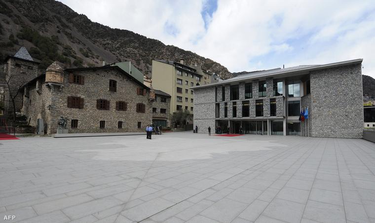 Az andorrai törvényhozás régi és új épülete Andorra La Vellában
