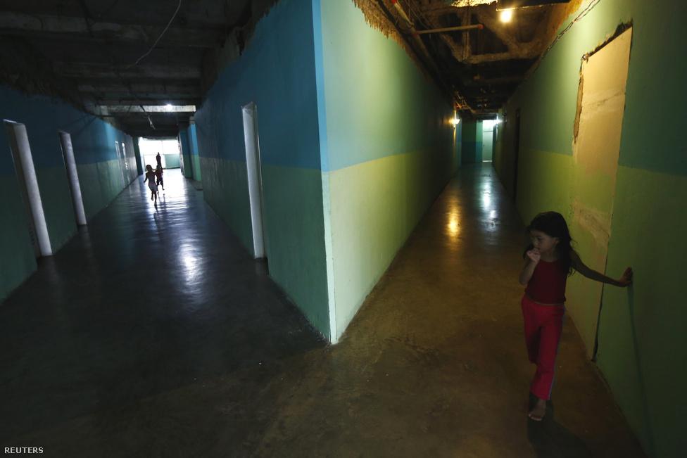 """Caracasban eleve nagy a bűnözés, de Dávid Tornyának a városban is különösen rossz híre van. Az itt lakók szerint tévesen, de csak azért, mert egy karizmatikus gengszter, El Niño Daza keményen a kezében tartja a dolgokat. Ő szedi a be a pénzt a lakóktól, és tartja fenn a rendet. Nemrég azt mondta egy újságírónak: """"Az elején mindenki főnök akart lenni, akkor sokan meghaltak. Azóta inkább dolgozunk."""""""