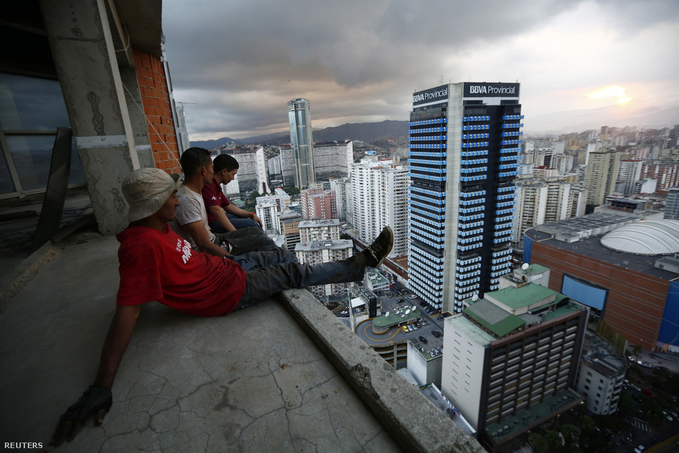 Fémet gyűjtögető férfiak üldögélnek Dávid Tornyának harmincadik emeletén, Venezuela fővárosában, Caracasban.