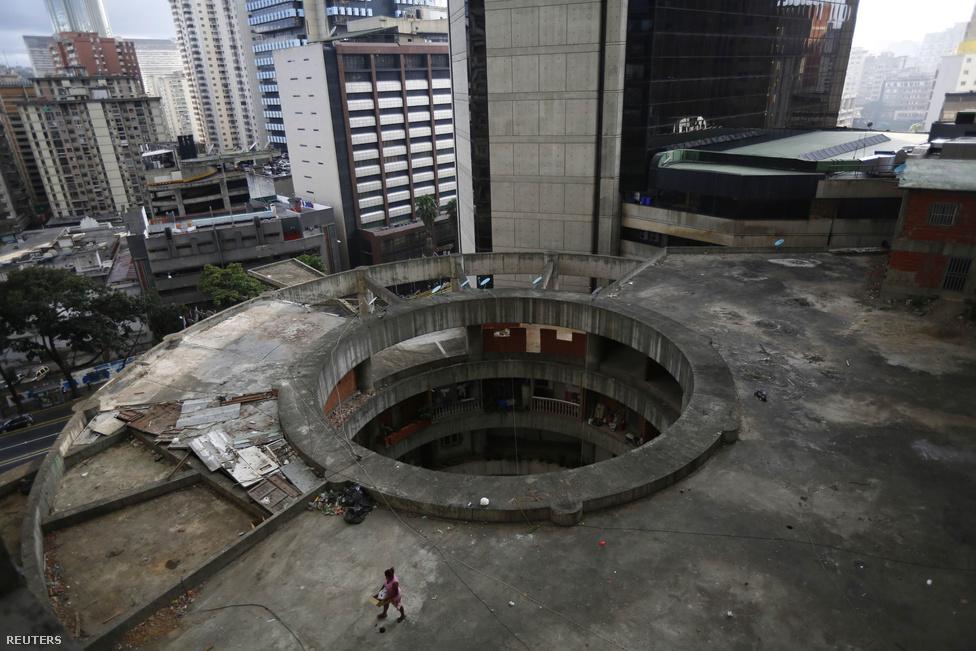 A toronyház építését egy venezuelai befektető, David Brillembourg finanszírozta még a kilencvenes évek elején. Akkoriban nagy fejlődés volt a dél-amerikai országban, főleg azért, mert akkor találtak rá a hatalmas olajkincsre. Ám a torony befektetője 1993-ban meghalt, egy évre rá pedig pusztító pénzügyi válság vitte el az esélyt, hogy az épület valaha befejeződjön. 2007-ig teljesen üresen is állt a félkész épület, amit az üzletember emlékére neveztek el Dávid Tornyának (Torre de David).