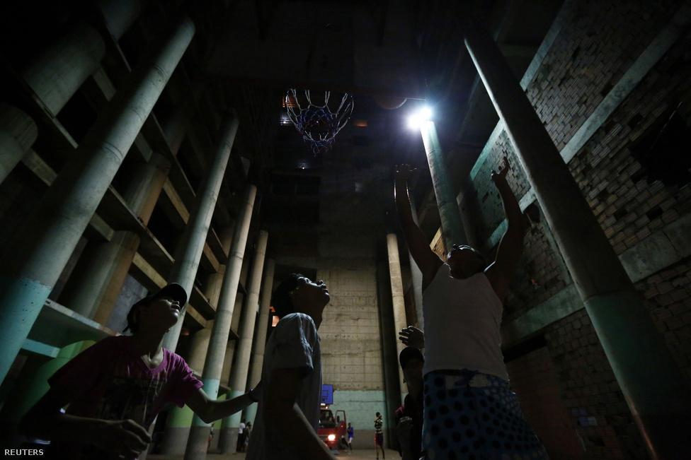 A lakók falakat húztak fel a kietlen épületben, és próbálják lakhatóvá tenni a személyes terüket. A lakbér – gyakorlatilag a főnök gengszternek fizetett védelmi pénz – nem megfizethetetlenül magas. Mégis nehéz lenne pozitív példaként, a venezuelai lakáshelyzet megoldása  modelljeként elgondolni ezt.