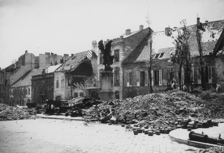 A második világháborúban rommá lőtt Dísz tér
