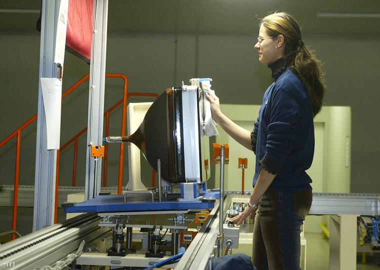 2004. április 1.: Egy munkás végső ellenőrzést végez a képcsőüzemben a Samsung SDI Magyarország Rt. (SDIHU) gödi gyárában, ahol abban az évben 42 millió képcsövet gyártottak