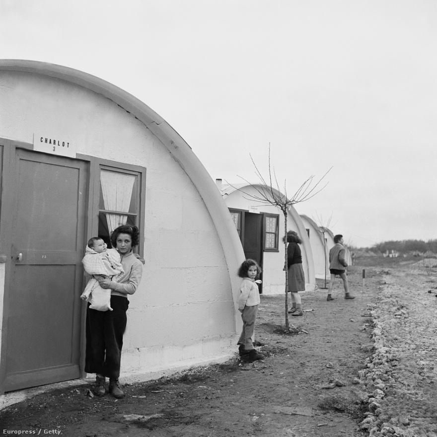 1954-ben akkora volt a szegénység Franciaországban, hogy sokan éltek fedél nélkül, a különösen hideg télen sokan megfagytak az utcákon. Chaplin vagyonos emberként is érzékeny volt a szegénység problémáira: 2 millió frankos adományából tíz ház épült 1954-ben Noisy le Grand közelében a nélkülözők számára, a házikók nevükben utalnak Chaplinre.