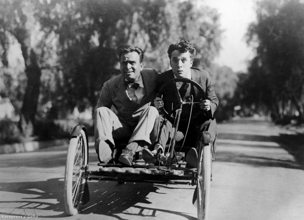 Douglas Fairbanks, Mary Pickford, D. W. Griffith és Charlie Chaplin - ők négyen hozták létre 1919-ben a United Artists stúdiót, hogy ne kelljen másoktól függeniük és a saját érdekeiket tudják képviselni a filmjeikben. A 20-as években élték fénykorukat, ekkor készült a kép is, amelyen Chaplin és Douglas Fairbanks kocsikáznak.