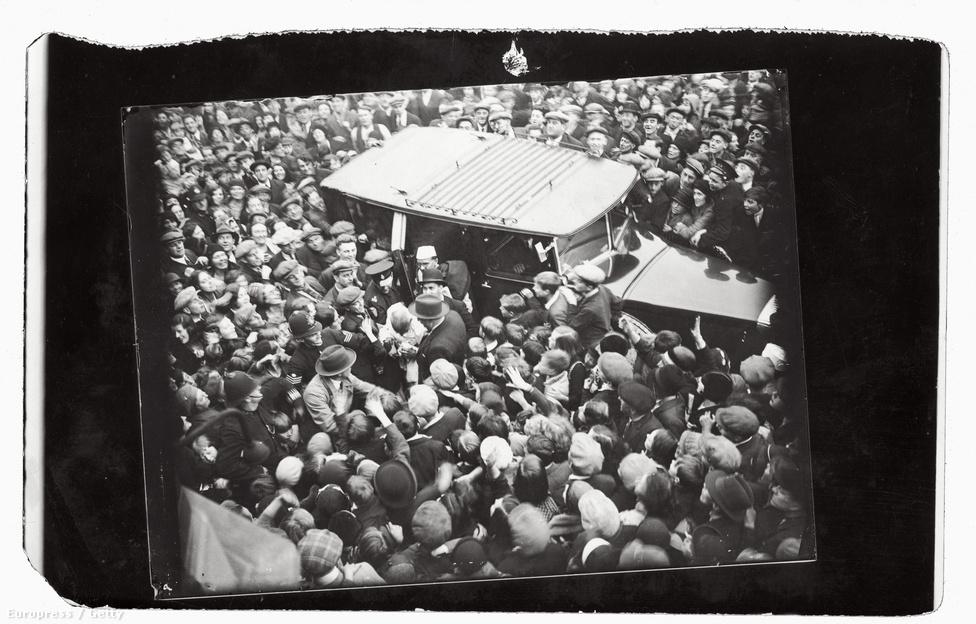 Lelkes tömeg várja az East Enden Mahatma Gandhi érkezését. 1931-ben az indiai kongresszus vezetőjeként vett részt az indiai alkotmányreformról szóló kerekasztalban, és közben találkozott Chaplinnel is, akiről korábban nem is hallott még. Ugyanúgy elkötelezettek voltak a szegények, a mindennapi emberek élete iránt, találkozójukat óriási érdeklődés övezte, az ablakból integettek a rajongóknak. A találkozó 45 percen át tartott, és bár nem tudni miről szólt, de ettől fogva Chaplin filmjei sokkal politikusabbak lettek.