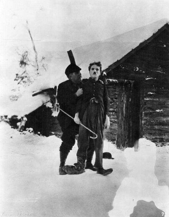 Az Aranyláz volt Chaplin életének legbonyolultabb vállalkozása. Noha több hétig forgattak a hegyekben is, rengeteg statisztával zord körülmények között, végül mégis stúdióban építették meg a hegy makettjét, így hozták létre a trükköket igénylő jeleneteket. A film egyik híres momentuma, amikor az éhező Chaplin megfőzi a bakancsát és megeszi.