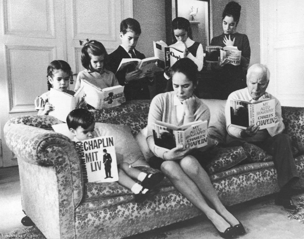1943. június 16-án vette el Eugene O'Neill drámaíró lányát, Oona O'Neillt. Nem ő volt az első felesége, de az utolsó:  ekkor 54 éves volt, a lány 17. Ez a házasság végre hosszú és boldog lett, nyolc gyermekük született. Három fiú: Christopher, Eugene és Michael és öt leány: Geraldine, Josephine, Jane, Victoria és Annette-Emilie. A képen egy-egy Chaplin-életrajzot olvasnak, a fotóból üdvözlőlap lett 1964 karácsonyán.