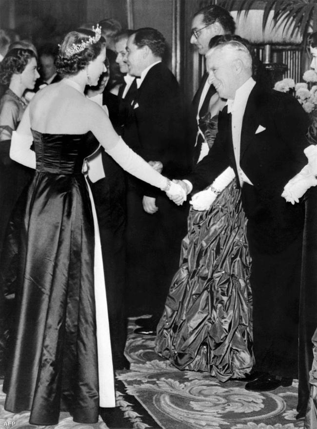 Chaplin és a királynő kezet ráznak 1952-ben. A Rivaldafény bemutatójára érkezett Londonba, noha figyelmeztették, hogy nem lesz könnyű a visszatérése az Egyesül Államokba. Chaplin baloldali nézeteit mindig szívesen hangoztatta, az amerikai állampolgárságot sosem fogadta el, így felkeltette az FBI érdeklődést is. A londoni bemutatójáról már nem is tudott visszatérni az Államokba, mivel a legfőbb ügyész érvénytelenítette a beutazási engedélyét.
