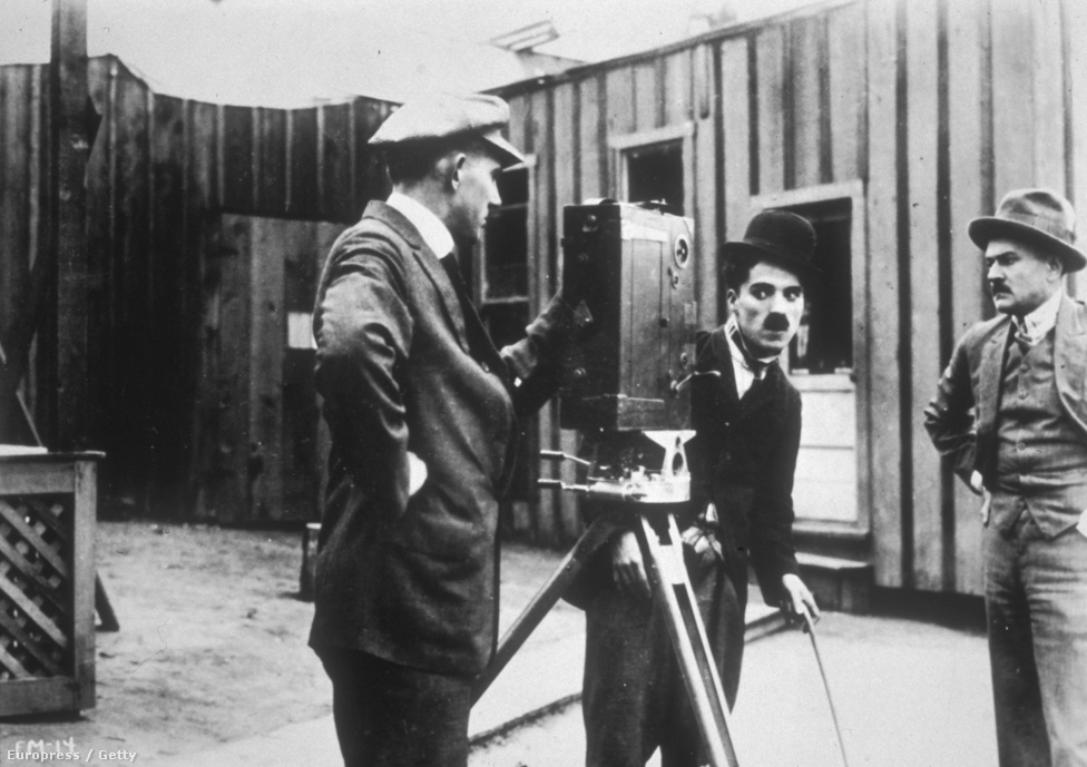 """A Gyermek autóverseny Velencében forgatásán, 1914-ben. Ebben a filmben született meg a csavargó híres figurája, a legenda szerint Chaplin bement a Keystone stúdió ruhatárába és a már ismert öltözékben jött elő.  """"Az ellentéteket kerestem: a nadrág legyen buggyos, a kabát szűk, a kalap kicsi, a cipő nagy. A bajusz pedig azért kellett, hogy idősebbnek tűnjek, de azért látszódjon az arcom is. Nem találtam ki előre a karaktert, de abban a pillanatban, hogy rajtam volt a ruha, tudtam, hogy miről van szó. Úgy éreztem, mintha mindig is ismertem volna, mire a kamera elé léptem, már tudtam, hogyan kell eljátszanom."""" A képen ugyan Chaplin a kamera mögött áll, de ezt a filmet még nem ő rendezte, hanem Henry Lehrman."""