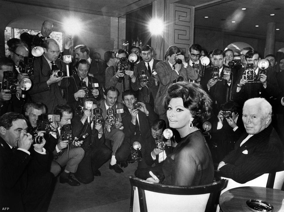Charlie Chaplin és Sophia Loren sajtótájékoztatón jelentik be A hongkongi grófnőt 1965-ben a londoni Savoyban.  Ez volt Chaplin utolsó filmje, ő maga már csak egy cameo-jelenetben tűnt fel, a film főszerepeit Sophia Loren és Marlon Brando játszotta.