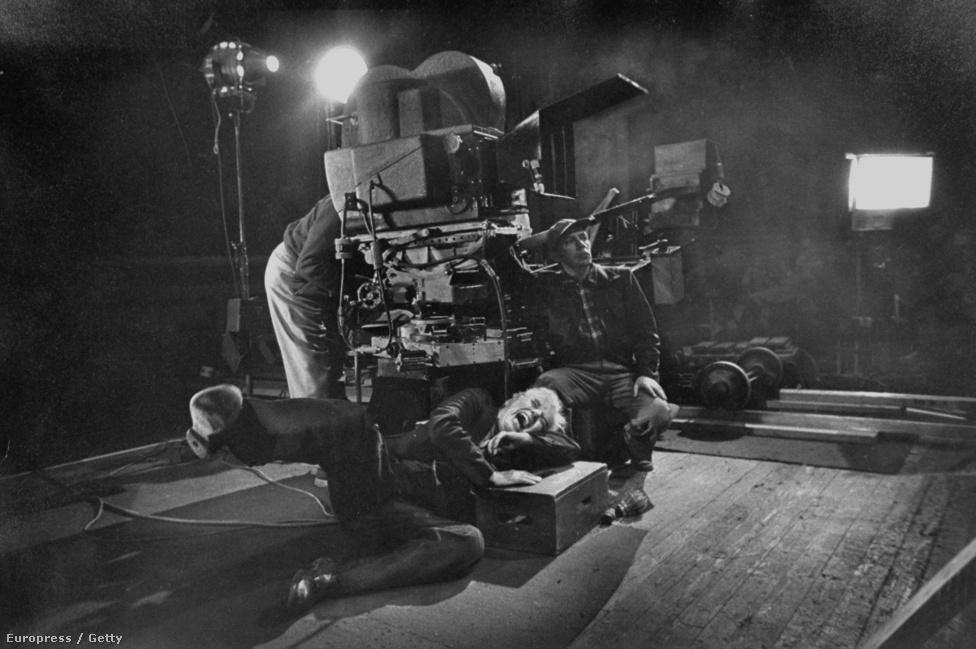 Chaplin dől a röhögéstől a Rivaldafény forgatásán. A képet az a W. Eugene Smith készítette a Life magazin számára, akinek a munkásságát egy egész nagyképben  dolgoztuk fel.