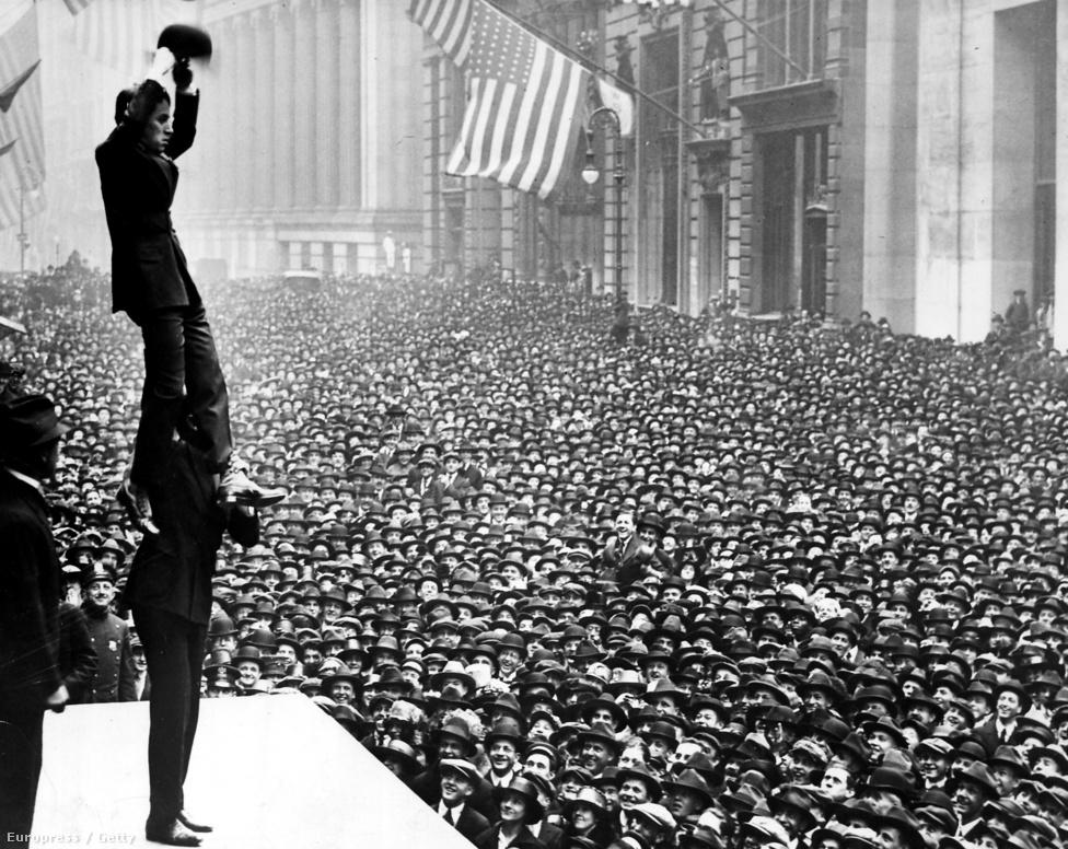 Douglas Fairbanks a nyakában tartja Charlie Chaplint egy óriási tömeg előtt: a szabadságkötvényeket promótálták New Yorkban 1918-ban. Chaplin egy egész propagandafilmet is szentelt a háborús adománygyűjtésnek, majd Chaplin, a katona című filmjében is a háborúval foglalkozott óriási sikerrel.