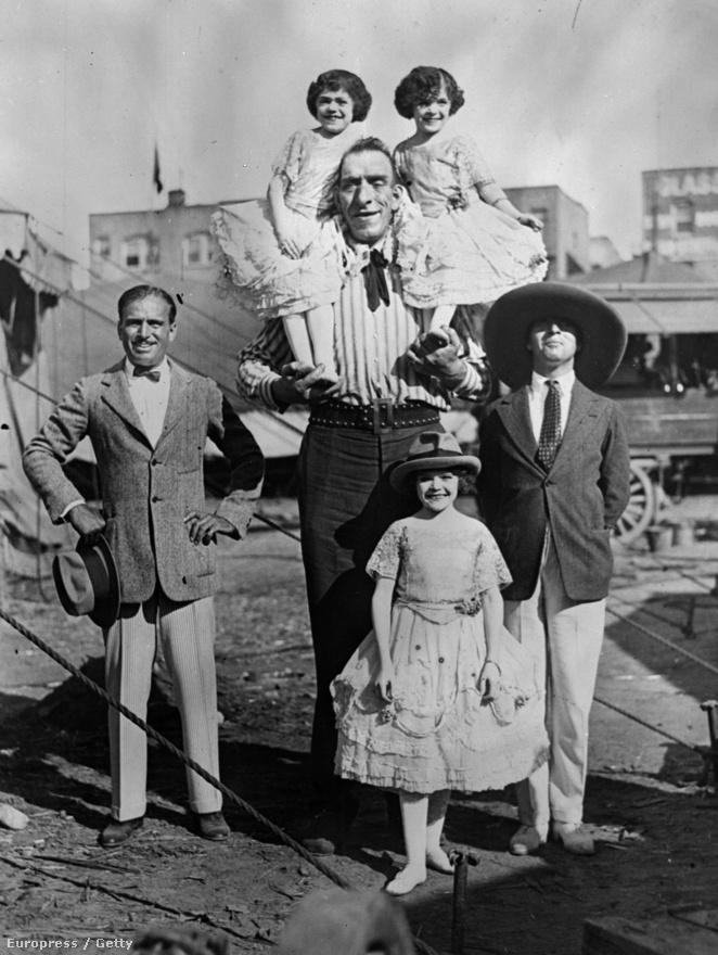 Chaplinnek nagyon nehéz gyerekkora volt, apja elhagyta a családot, amibe az anyja belerokkant. De már kisgyerek korában megmutatkozott a tehetsége, később pantomimos társulatokkal lépett fel. 1912-ben egy mutatványos társulat főszereplőjeként érkezett meg Amerikába, ahol a Keystone filmstúdió tett neki ajánlatot. A képen Douglas Fairbanks társaságában pózol egy óriással és egy törpeikerpárral 1922-ben.