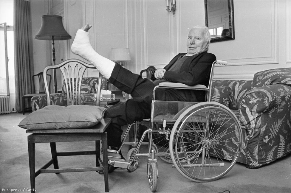 Végül Svájcban telepedett le: feleségével és 8 gyermekével visszavonultan éltek. 1972-ben kapta meg élete egyetlen Oscar-díját az életművéért, az indoklás szerint felbecsülhetetlen hatása volt filmgyártás művészi rangra emelésében. 1975-ben az angol királynő lovaggá ütötte, Sir Charles Chaplin 1977 karácsonyán halt meg agyvérzésben