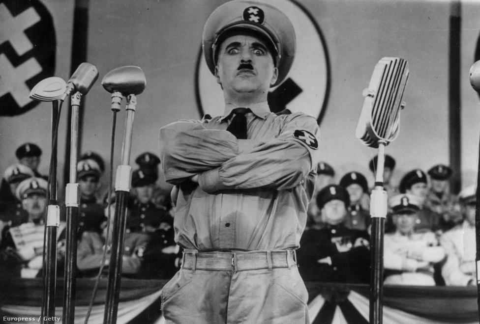 Chaplin a diktátor című filmjében, 1940-ben. Chaplin két szerepet is játszik a filmben, egy üldözött zsidó borbélyt és egy  fasiszta diktátort, akit Hitlerről mintázott. Hitler állítólag nagy mozirajongó volt, és háromszor is látta A diktátort, ami utólag nagyon bántotta Chaplint.