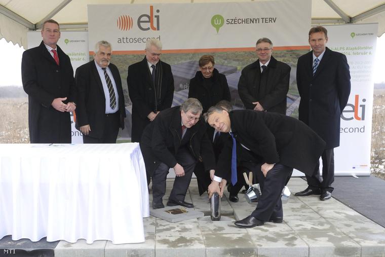 Orbán Viktor miniszterelnök és Wolfgang Sander az ELI-DC igazgatója elhelyezik a több mint 60 milliárd forintos költséggel épülő szegedi lézerközpont alapkövét 2014. február 6-án.