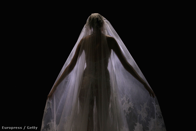A merész menyasszonyi ruha hátulról