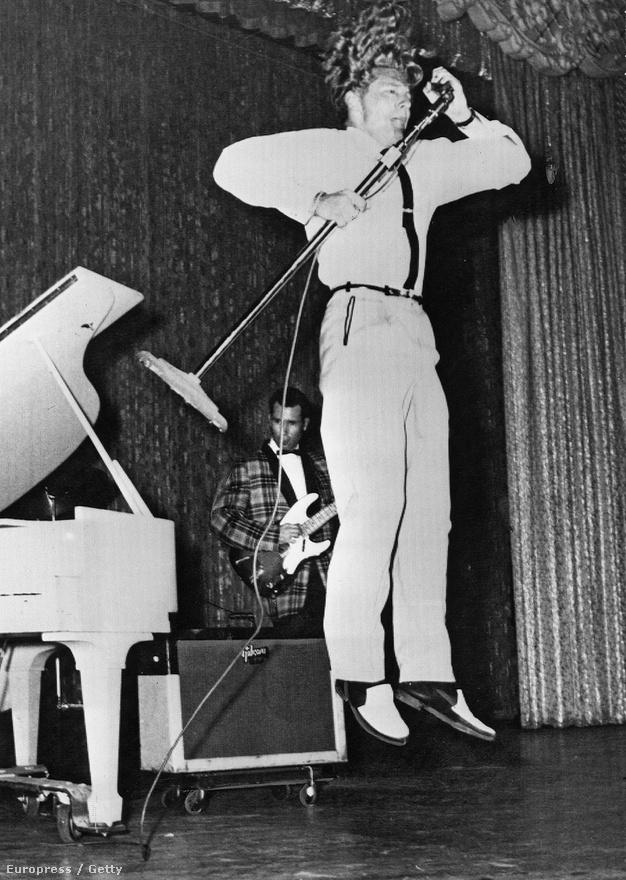 A gitárszólózás meghonosítása a rock and rollban ugyan Chuck Berrynek köszönhető, de Jerry Lee Lewis volt az első igazi, jó értelemben vett elmebeteg. Gyerekként az anyja egy evangélista iskolába iratta, hogy csak vallási dalokat énekeljen, de az első templomi gyűlésén boogie-woogie-t kezdett el játszani. Azonnal kicsapták, amiért az ördögnek zenélt, ezért Memphisbe ment, hogy a rock and roll egyik legőrültebb zongoristája válhasson belőle.