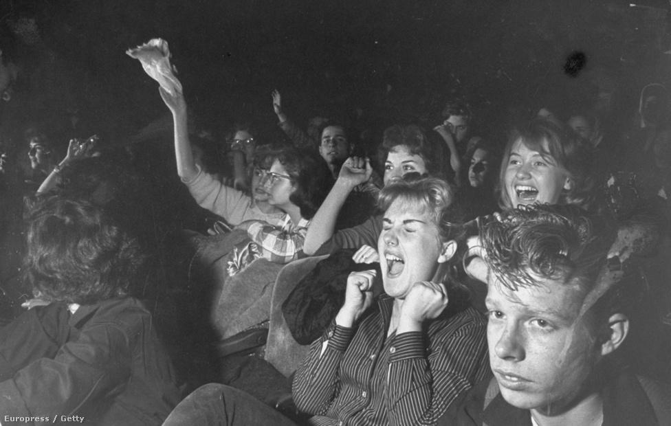 Annak ellenére, hogy a koncerteken kívül több tucat rendőrnek kellett figyelni az őrület szélén álló fiatalokra, bent nagyon ritkán szabadult el a pokol. Ekkor még javarészt ülős koncertek voltak, csak az exkluzív, nagyvárosi klubokban volt lehetőség a színpad előtt táncolni. Így a lányoknak maradt a sikítás, a fiúknak meg az álmodozás, hogy majd miattuk is sikítozni fognak egyszer.