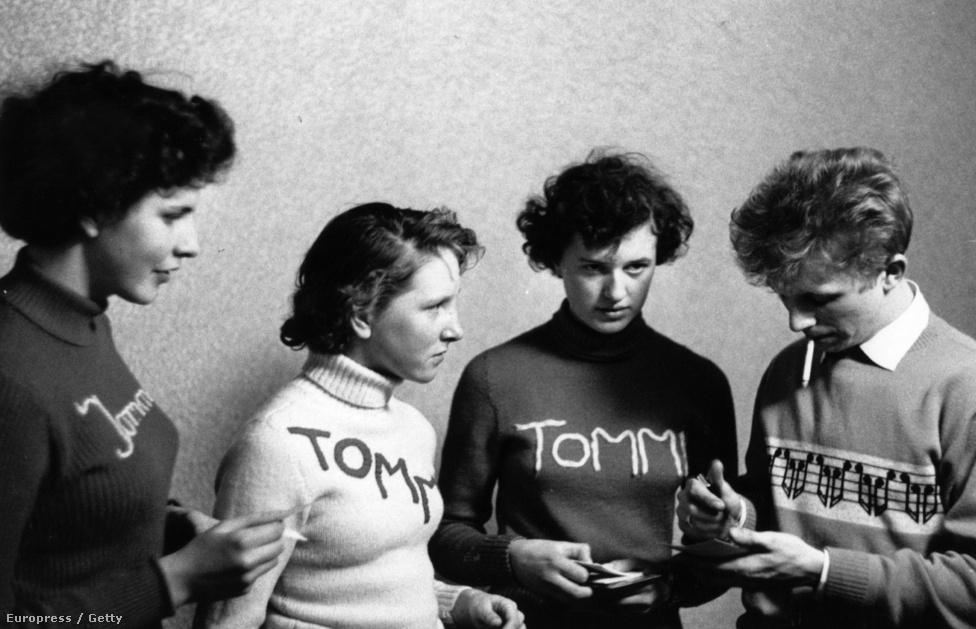 Enyhén szólva nem volt olyan kifinomult a zenekaros ajándékbiznisz, mint mondjuk ma, a rajongók beérték egy-egy autogrammal vagy egy szép fotóval az imádott énekesükről. A brit Tommy Steele rajongóinak ezért új eszközhöz kellett folyamodniuk, és saját maguk készítették el a rajongói ruhájukat, ezzel megteremtve a zenei merchandise alapjait.