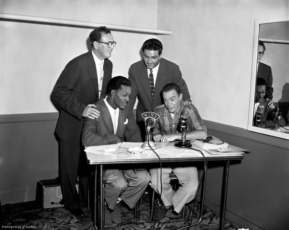 A Chuck Berry mellett ülő Alan Freed a rock and roll keresztapja, aki először kezdte gyűjtőnévként használni a rádióműsorában játszott zenékre a szót. Emellett komoly szerepe volt az afroamerikai előadók előretörésében. Ekkoriban a fekete zenészek dalait rendszeresen feldolgozta egy-egy fehér előadó, a rádiók pedig inkább azokat játszották. Freed azonban az eredeti verziókat választotta, sőt, később koncerteket is szervezett nekik, ahol a közönség összetétele teljesen mentes volt bármiféle faji szegregációtól.