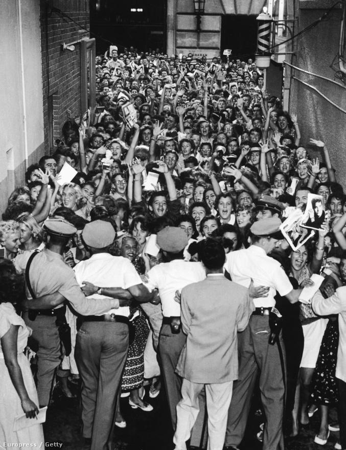 A tömeghisztéria néha akkora méreteket öltött, hogy több tucat rendőrrel kellett védeni az előadókat. Rengeteg zenész panaszkodott arra, hogy az állandóan sikító közönség miatt a saját zenéjüket sem hallják. Amikor a '60-as években Amerikába érkezett a Beatles, pár koncert után elegük lett, és az állandó zaj és sikongás miatt nem akartak több fellépést vállalni.
