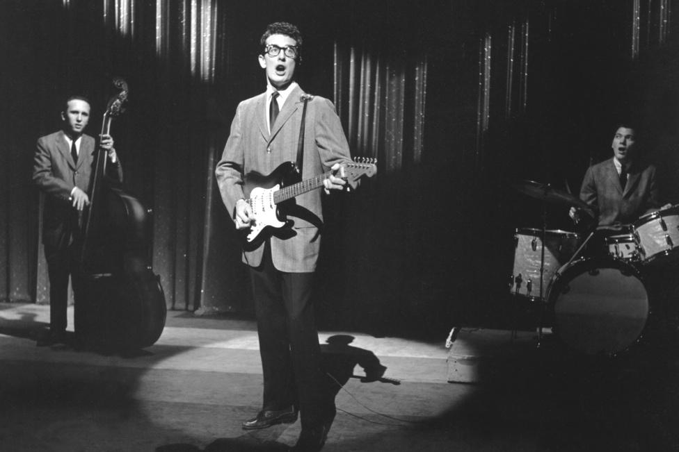 A tragikusan fiatalon, mindössze 22 évesen elhunyt Buddy Holly amellett, hogy a rock and roll egyik úttörője volt, a tökéletes ellenpólust jelentette a nőfaló Elvishez képest. Alig 21 évesen ismerkedett meg Maria Elena Santiago recepcióssal, akit az első találkozás után randira hívott, és ott helyben, az első közös vacsorájukon megkérte a kezét, egynapi ismeretség után. A lány másnap igent mondott és két hónap múlva összeházasodtak.