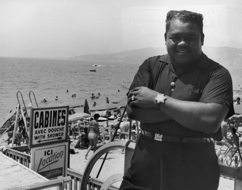 A most 86 éves Fats Domino az '50-es évek meghatározó rockzenésze, akit a feketék szegrációja miatt sokáig nem is játszottak a rádiók, és a lemezlistákon is csak hátrébb szerepelt. Mindent elmond, hogy a máig legnagyobb slágerének számító Ain't That A Shame csak akkor lett listavezető, amikor feldolgozta egy fehér előadó.