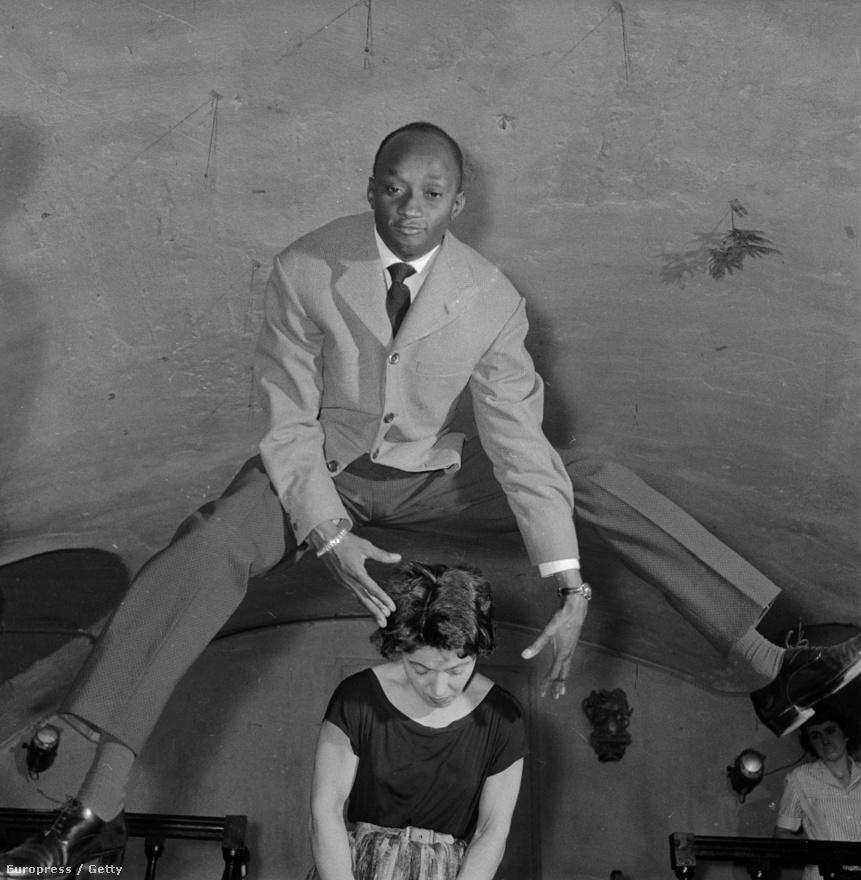 Az akrobatikus rock and roll nem is létezne az '50-es évek nélkül, Párizsban konkrét táncpárbajok és páros bemutatók kísérték a koncerteket. Manapság, ha valaki átugrana koncerten egy nő feje felett, valószínűleg a közönség és biztonságiak közös erővel csapnák a földhöz. Így mindössze a pogózás maradt.