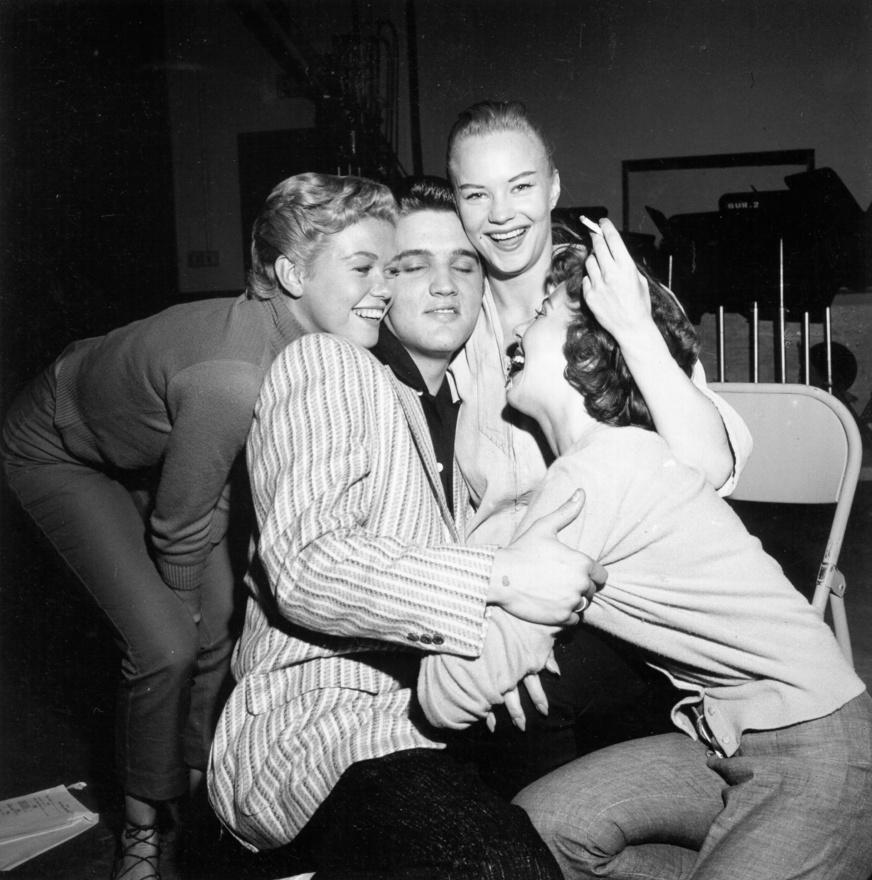 Elvis úgy vált óriási világsztárrá, hogy rengeteg országban még csak nem is forgalmazták a zenéjét. A New York Times egyszer arról közölt cikket, hogy Elvis-lázban ég a Szovjetunió, ahol horrorisztikus pénzekért árulják az énekes röntgenképeit. A Julien's Live auckiós ház pár éve 10 ezer dollárért adott egy röntgenképet Elvis törött csuklójáról.