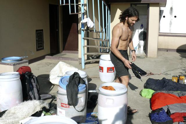 Klein Dávid felszerelését válogatja Tibetbe indulása előtt katmandui szállodája teraszán 2014. április 8-án. A hegymászó a Mount Everest 8848 méteres csúcsának oxigénpalack nélküli megmászására készül.