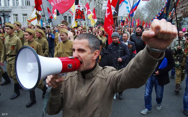 Oroszpárti tüntetők felvonulása