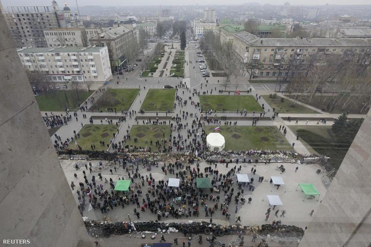 Tüntetők a donyecki kormányépület előtt