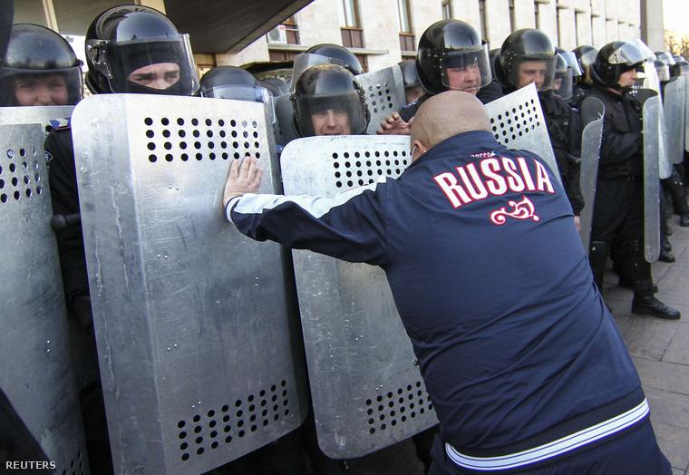 Egy oroszpárti tüntető tolja a rohamrendőröket Donyeckben