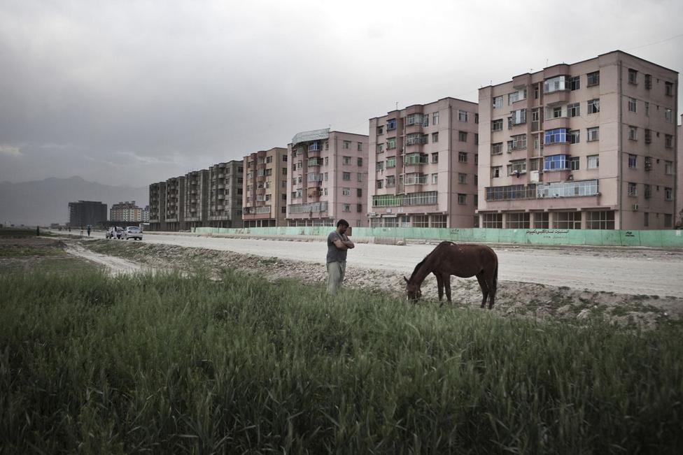 Kabuli külvárosi látkép. 2014 végén az elfogadott ütemterv szerint kivonulnak az amerikai csapatok, a jövőben afgán erőknek kellene fenntartaniuk a rendet. Kétséges, hogy ez mennyire reális, miközben a májusban esedékes elnökválasztás kimenetelén is sok múlik majd. most nem nagyon látni, hogy lesz-e olyan vezető, aki valóban képes szembeszállni a tálib lázadókkal, ahogyan a gazdasági kilátások is eléggé bizonytalanok. A külső támogatások és a nemzetközi segélyek elernyedésével kevésbé optimista forgatókönyv esetén a pénz elértéktelenedhet, tömegével szűnhetnek meg munkahelyek, a nyugatias modernizációs projekt pedig akár egy múló történelmi epizóddá válhat.