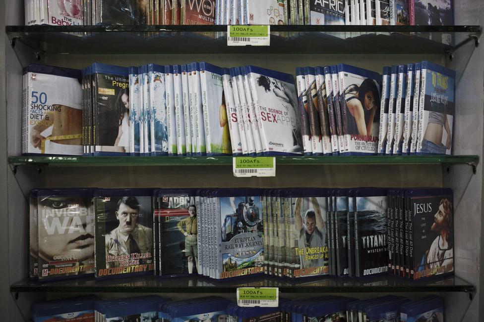 Diéta, Hitler, Jézus és szex: DVD-kínálat egy kabuli bevásárlóközpontban. A harmincmilliós Afganisztánon belül ma is szűkkörű városi középosztály szinte a semmiből nőtt ki 2001 után. A magas keresetek, a nagyvonalú biztonsági és kereskedelmi szerződések pénzügyi buborékot teremtettek a háború utáni afgán gazdaság romjain. Emiatt a megélhetési költségek is sokat emelkedtek, ami óriási egyenlőtlenségekkel járt, főleg a falusias és városi területek között.