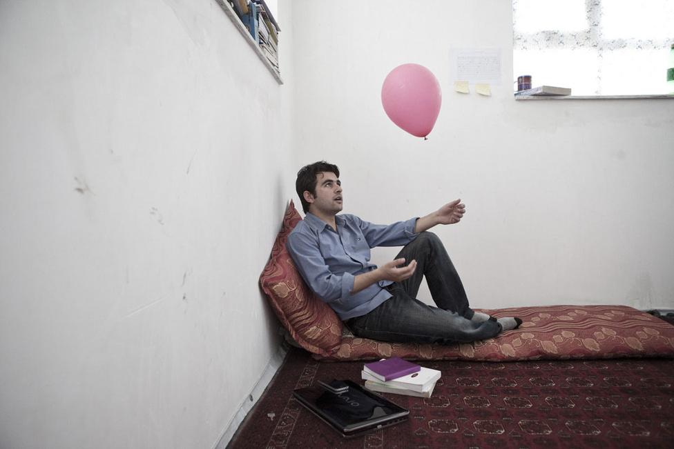 """Egy városi happeningből maradt rózsaszín lufi a nappaliban. Tavaly májusban több ezer léggömböt eresztettek szabadjára Kabul utcáin egy amerikai művész """"We believe in Ballons"""" munkacímű kezdeményezésére. A lufikat elengedő fiatalok számára egzisztenciális kérdés az amerikaiak által elhozott viszonylagos béke, Afganisztánban ők veszítenének a legtöbbet a tálibok esetleges visszatérésével. A modernizációs projekt nekik személyes ügy, a civil mozgolódás, az új típusú network-építés, a magáncégek fennmaradása nem csak ideológiai kérdés, megélhetésük és mostani kedvező státuszuk múlik rajta."""
